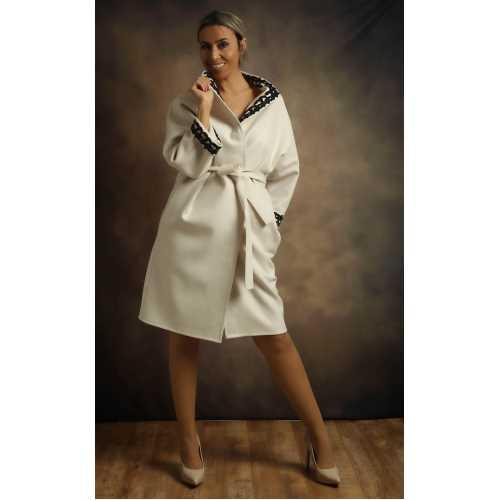 Siyah Dantel İşlemeli Beyaz Palto